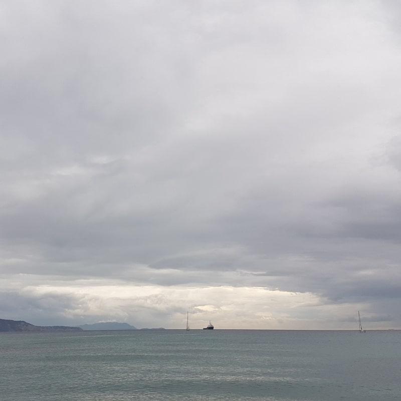 An einer Mauer mit Ausblick auf das Meer